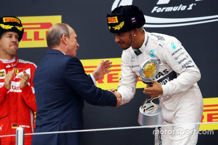 Regalito de Mercedes para Hamilton