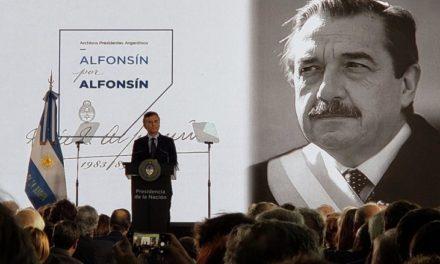 Homenaje a Raúl Alfonsín y la democracia